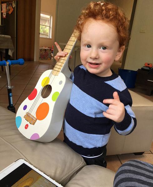 澳3岁男孩勤练吉他 为与偶像同台表演