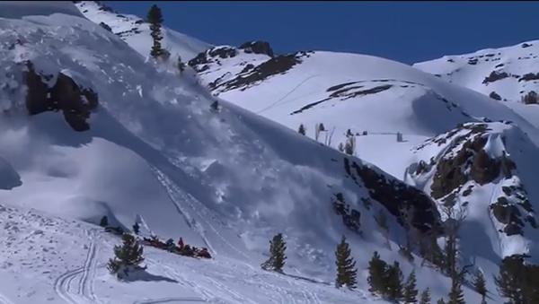 惊险!美加州滑雪者山坡摔倒引发巨大雪崩