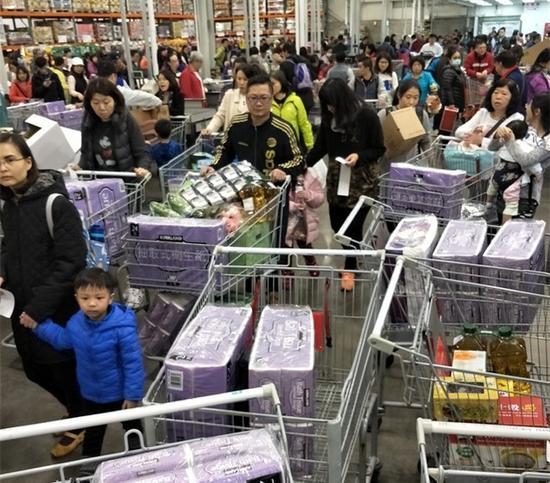 岛内民众疯抢卫生纸 业者惊:连纸尿布都要卖没了……