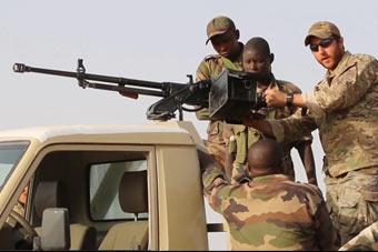 美国特种兵教非洲军队使用中国机枪 操作熟练