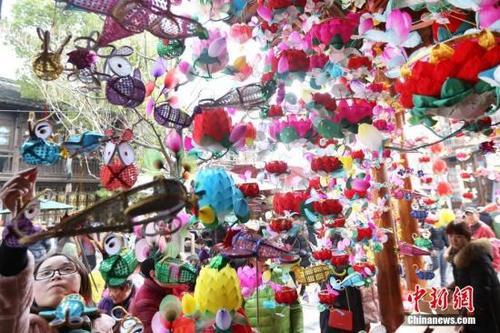 中国侨网资料图:大批市民和游客在南京门东老街上游玩,在南京夫子庙、老门东等地方,依然人头攒动,很是热闹。中新社记者 泱波 摄