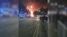 英国一商铺发生爆炸火光冲天