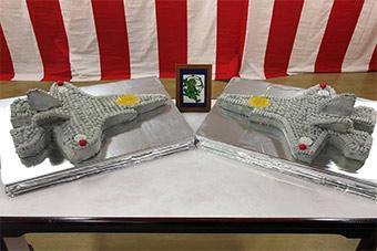 日本为庆祝F35服役专门制作飞机饼干和蛋糕