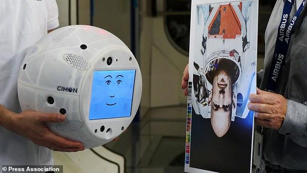 机器人Cimon今年将随宇航员登上国际空间站