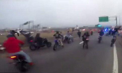 美一州际公路上演摩托车大追捕 警方被迫开枪