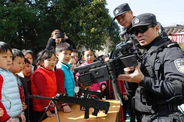 特警、警犬进校园 提升学生安全教育