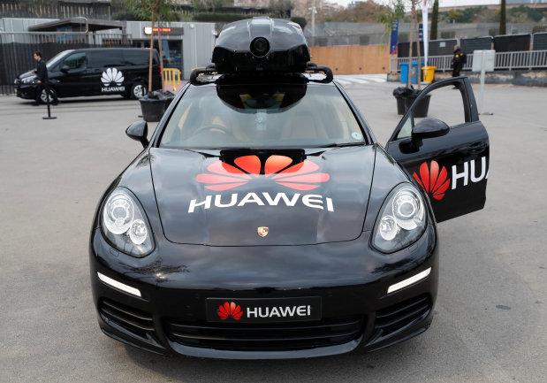 厉害了华为 Mate 10 Pro操控保时捷无人驾驶