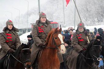 俄罗斯祖国保卫者日穿红军军装回顾历史