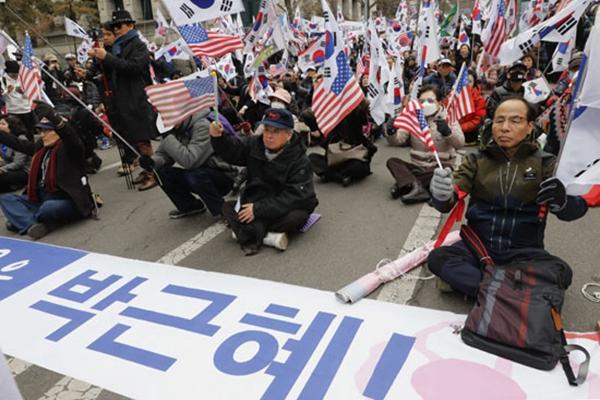 """朴槿惠被求刑30年 3000余""""铁粉""""集会:检方疯了"""