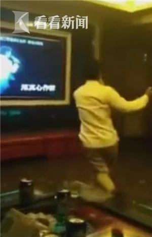 大叔KTV内忘情高歌热舞超投入 网友:灵魂歌神!