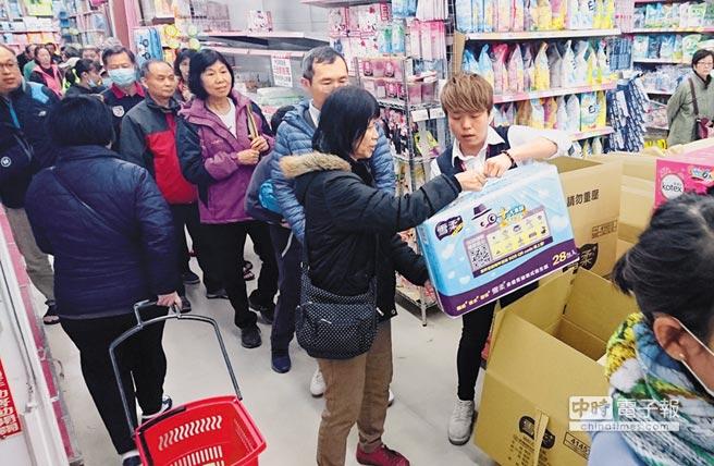 台湾现卫生纸抢购潮 民众:好多人像丧尸一样疯狂