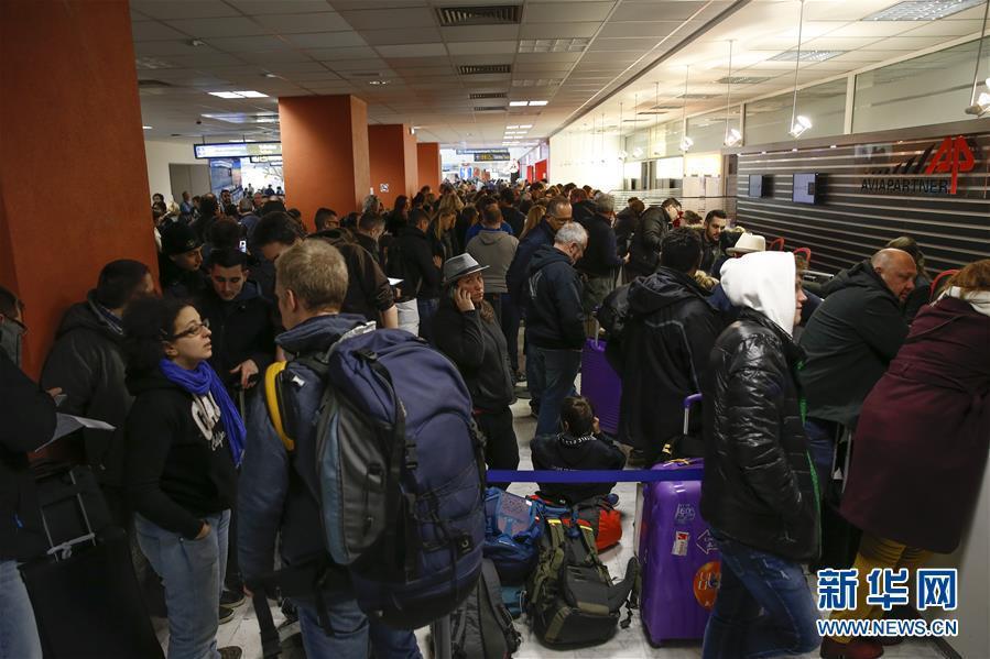 2月26日,在法国尼斯蔚蓝海岸机场,旅客们等候改签航班。当日,受冷空气影响,法国南部包括尼斯、戛纳等城市在内的地中海沿岸地区降下大雪,导致尼斯机场临时关闭,空中交通受到严重影响。新华社记者叶平凡摄