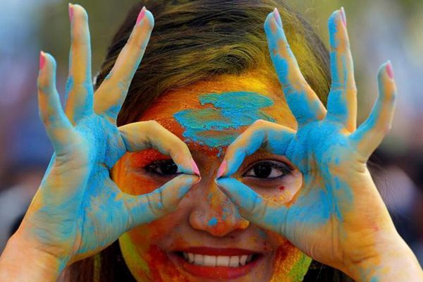 印度民众欢庆胡里节 多彩粉末抛洒出绚烂世界