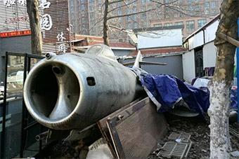 痛心!当年志愿军功臣米格15战机如今和垃圾为伍