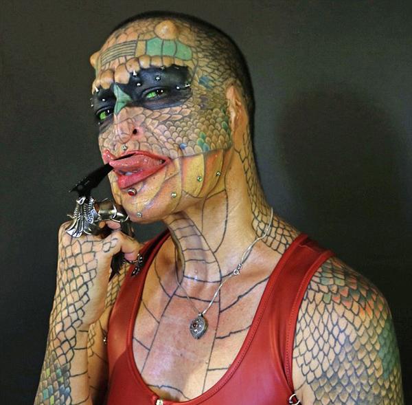 """美变性人梦想整形成""""响尾蛇""""  浑身文身遍布"""