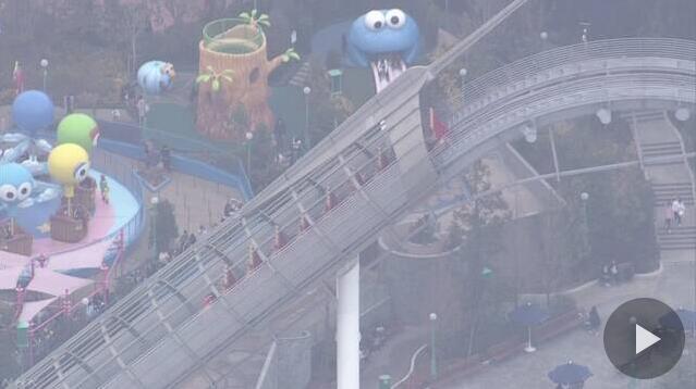 日本大阪环球影城过山车突发故障 游客命悬40米高空1小时