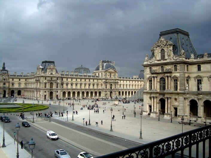 巴黎市为加强安保拟关闭卢浮宫前车道引争议