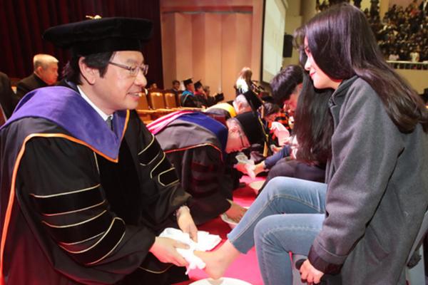 韩国大学教授集体为新生洗脚 女生的表情亮了