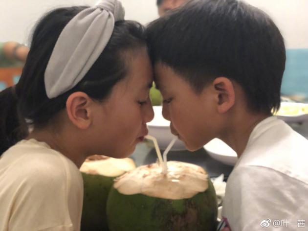 森碟亮仔同喝椰汁 互相抵脑门玩耍超有爱