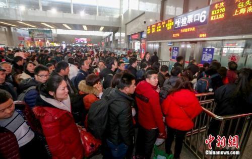 资料图:旅客检票进站上车。 中新社记者 张畅 摄