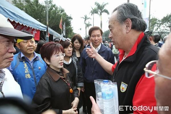 """洪秀柱探望""""八百壮士""""力挺反年改:必须长期抗战!"""
