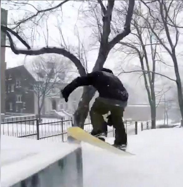 加拿大滑雪冠军街头炫技 跳跃空翻如履平地