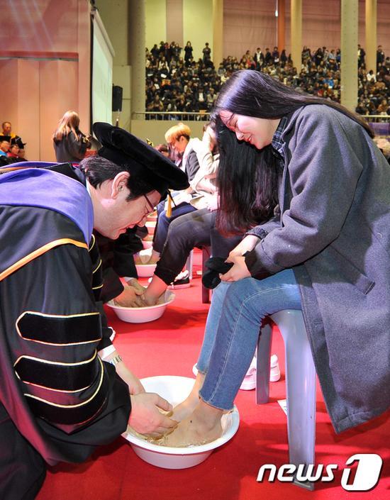 韩国大学教授集体为新生洗脚 这个妹子的表情亮了