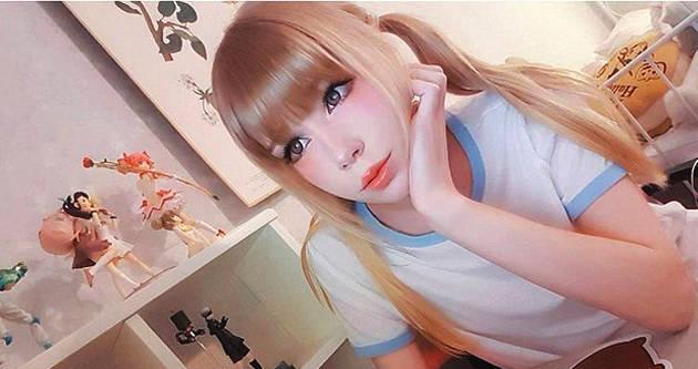 瑞典20岁女孩不惧讽刺 热衷将本人装扮成洋娃娃