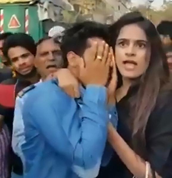 勇敢!印度一女孩在众人帮助下手擒性骚扰者