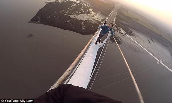 国外网红挑战攀登百米高赛文桥 引警方批评