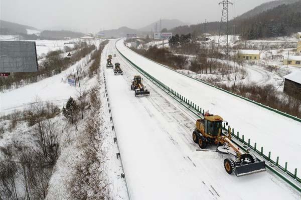 黑龙江牡丹江:清雪作业全面展开