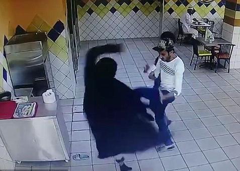 沙特女顾客莫名攻击厨师 身手敏捷表现强势
