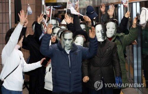 """韩地铁站变身""""抗日展示馆"""" 民众戴面具高喊万岁"""