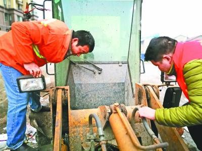 重庆时时彩带线走势图:残疾环卫工坚持32年_小发明每年为单位省十多万元