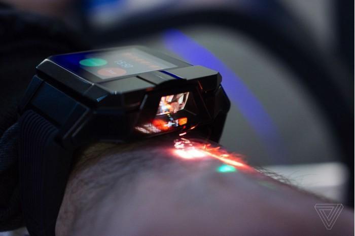 内置投影仪 这个智能手表能让舞者在手背上舞蹈