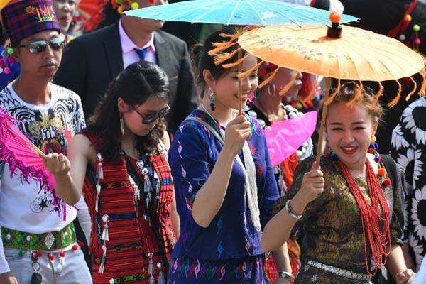 云南德宏万人共跳一支舞 欢庆目瑙纵歌节