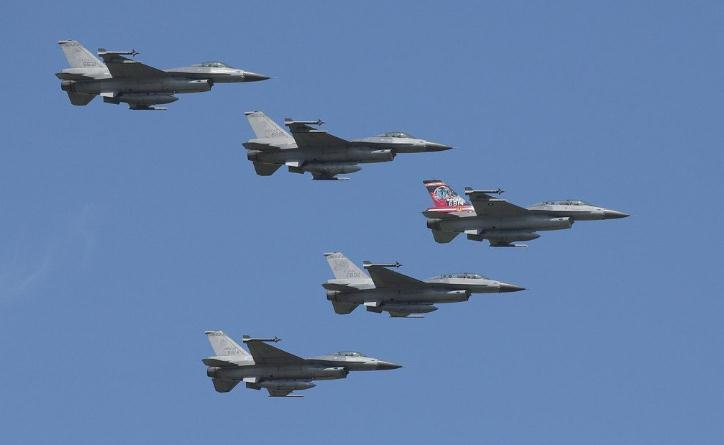 台湾5架F16战机飞去元宵灯会表演 蔡英文还主持