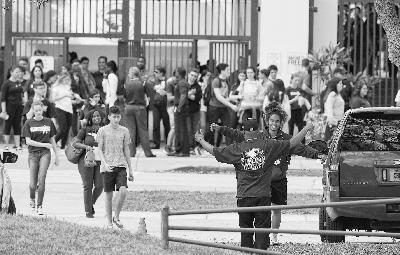 图片说明:道格拉斯中学学生返校,相互拥抱。