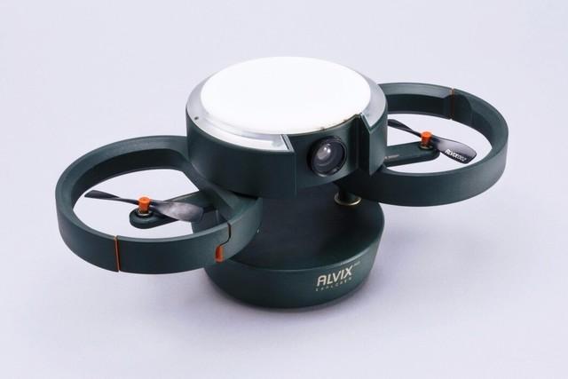 这个无人机看似平淡无奇,平时收纳起来就好像一个马克杯一样的大小,可以放在任何的背包里。