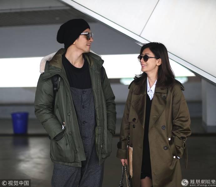 贾静雯和修杰楷情侣装现身上海 甜蜜对视爱意满满