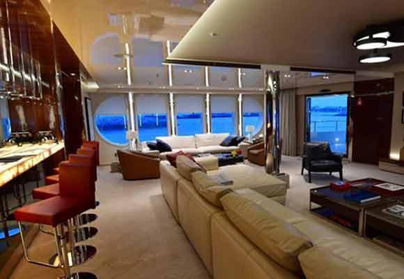 迪拜船展举行 豪华游艇如同海上五星酒店