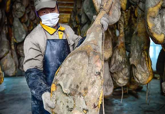 宣威火腿工厂一年销售额近2亿 光盐就用了75吨