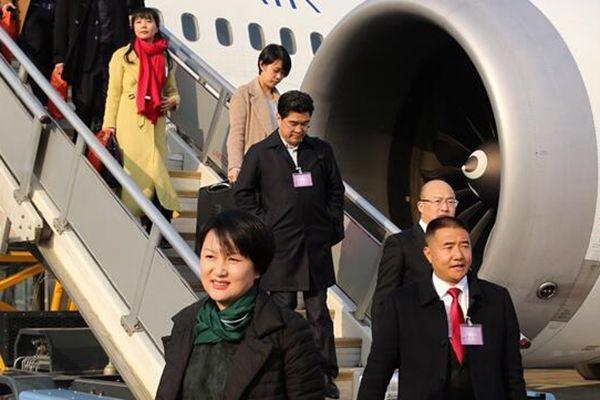 出席十三届全国人大一次会议的各地代表团乘坐飞机抵京