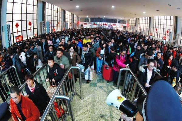 郑州火车站迎节后返程高峰