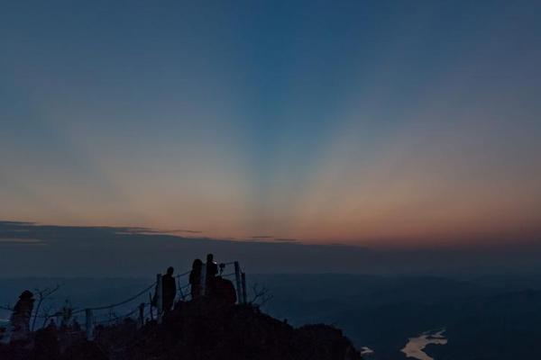 贵州兴义万峰林日出风景美如画吸引游人登高观赏