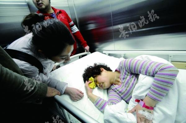 3岁女童5楼坠下多人伸手相接 女交通协管员被砸伤