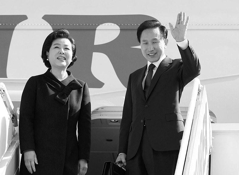 """长兄、夫人、子侄、女婿、亲信……韩国媒体起底李明博""""贪腐圈"""""""