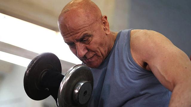 埃及80岁老人对峙健身还是肌肉猛男