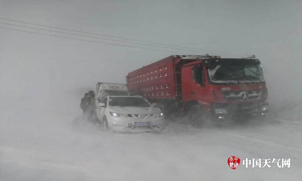 内蒙古强降雪致200多人被困公路