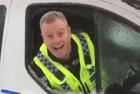 英警察奇招为车窗除冰